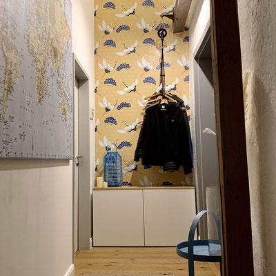 """Neugestaltung einer Garderobe mit individuellen Garderoben""""haken"""" und bunter Tapete"""