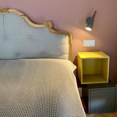 Neugestaltung eines Schlaftzimmers mit Bett, Nachttisch und Lampen