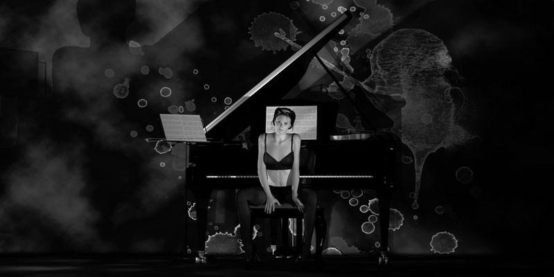Akt vor Klavier Schwarz-Weiß, romantischer Akt auf der Aachener Kunstroute 2019