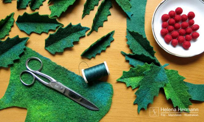 Noch schnell  ein paar rote Kugeln gefilzt und aus dem grünen Filz Ilex-Blätter ausgeschnitten.