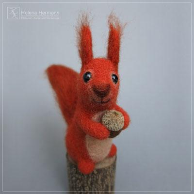 Eichhörnchen mit Nuss, nadelgefilzt, 2019