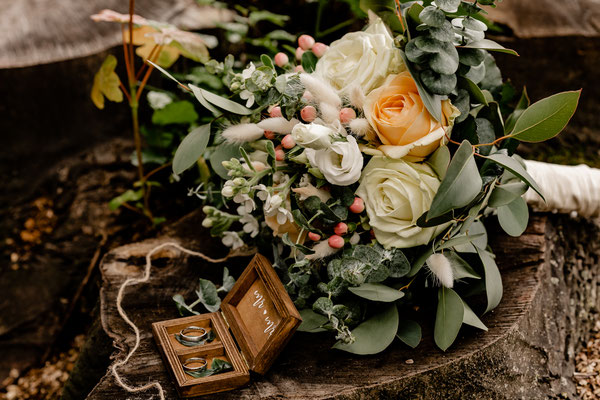 Brautstrauß und Ringe