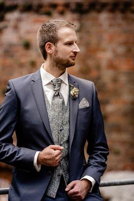 Bräutigam in Erwartung der Braut