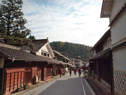 今もなお、古き良きものが残る重要伝統的建築物群保存地区「吹屋ふるさと村」に滞在する