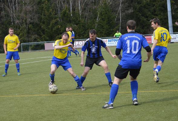 2. Mannschaft: Horst Wagner (in gelb-blau) im Zweikampf