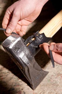 Lederschneidenschutz an einer Spaltaxt von Krumpholz