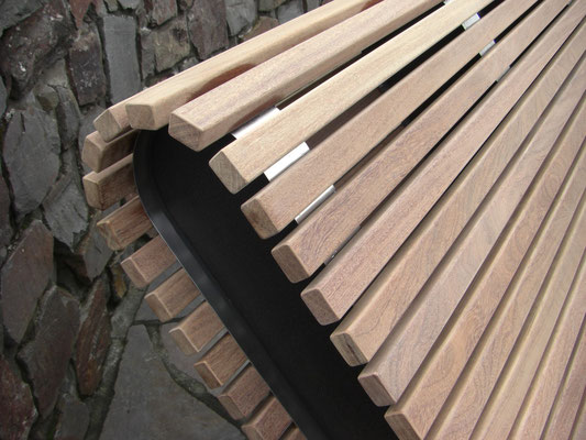 Liege gebaut aus halbierten Cumaru Konstruktionshölzern.