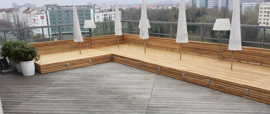 Liegefläche aus 50mm Teakholzdielen auf der Dachterrasse des Soho House in Berlin. Gebaut von der Firma TSM Berlin. Tel.: 0160/90894445