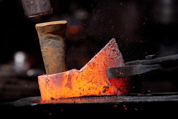 Schmiedung einer Forstaxt im Gutenberghammer