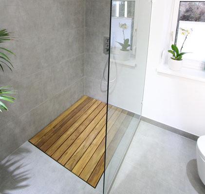 Maßangefertigtes Teakelement für bodentiefe Dusche.