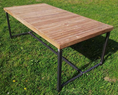 Fertiger Gartentisch aus unseren 50mm Premium Teakholzdielen und Umrandung aus 60mm Teak.