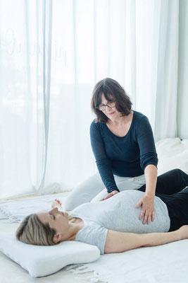 Shiatsubehandlung am Bauch der schwangeren Frau