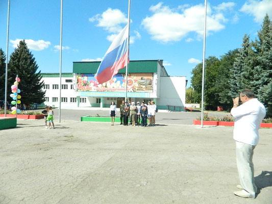 Государственный флаг поднимает начальник школы Джаметов Р.А.