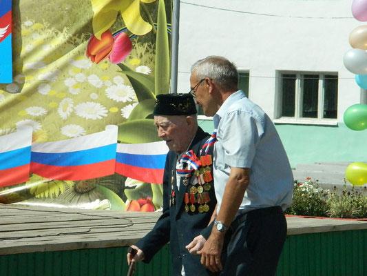 Начальник школы Джаметов Р.  и ветеран ВОВ Усманов Д. на возложении цветов памятнику погибшим в ВОВ.