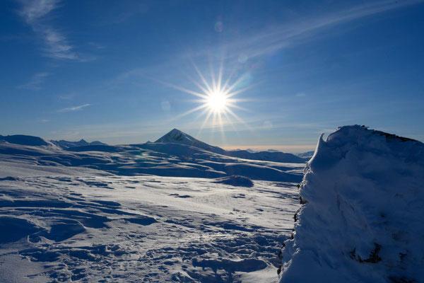 am Gipfel des Rundfjellet, im Hintergrund der Tromsdalstinden