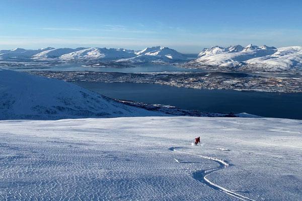 toller Pulver bei der Abfahrt vom Rundfjellet, unten liegt Tromsø