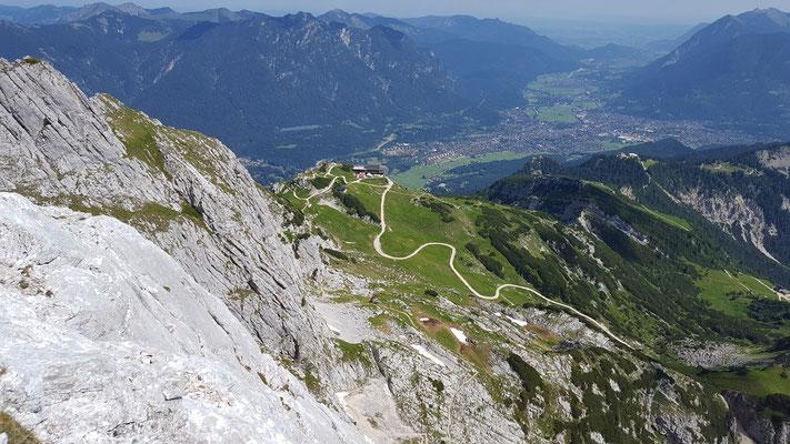 Blick vom KG-Weg nach Garmisch und zur Alpspitzbahn