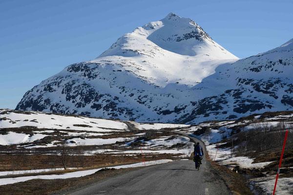Mit dem Fahrrad von Arviksand zum Start des Klovsteinfjellet - Arnøya