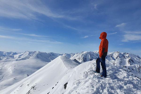 Blick auf die Lyngenalps am Gipfel des Kavringtinden