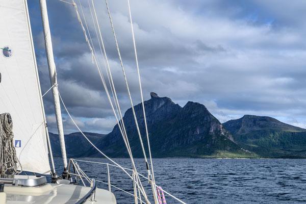 Segeln nach Nordskot, im Blick der markante Skotstindan