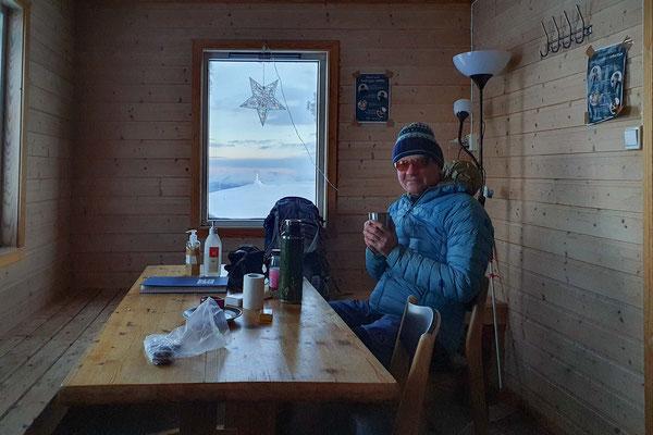 eine Hütte lädt zu einer geschützte Gipfelrast ein