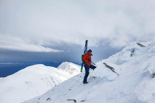 Es geht nur noch zu Fuß weiter, zu eisig für die Skis am Storgalten in den Lyngen Alps