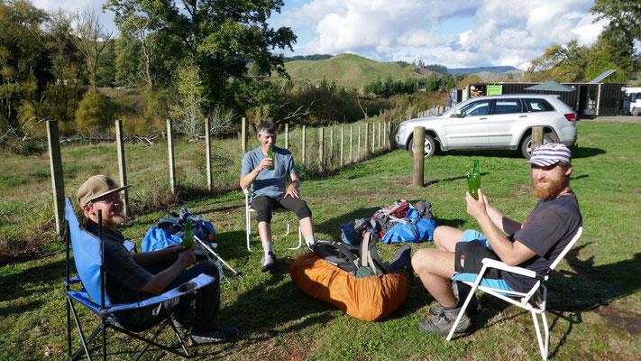geschenktes Bier am Ende der Etappe mit Roman und Felix
