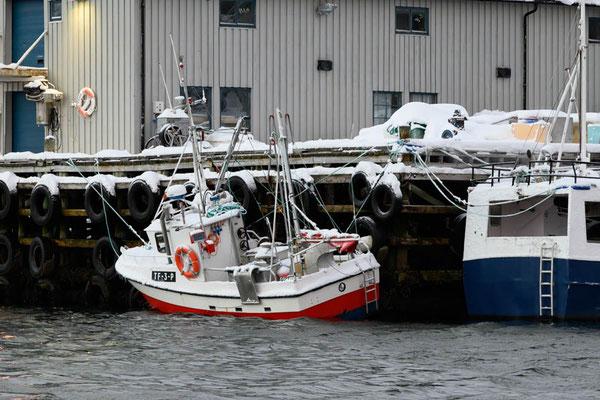 Aufgehängtes Fischerboot