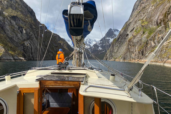 Einfahrt mit unserem Segelboot in den Trollfjord