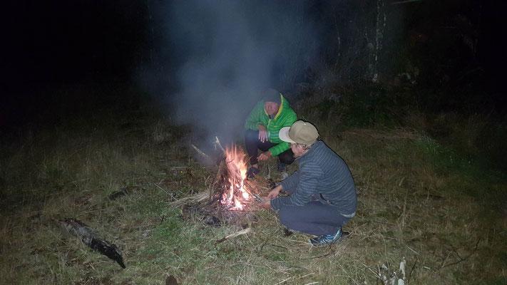 Feuer machen im Regen muss gelernt sein