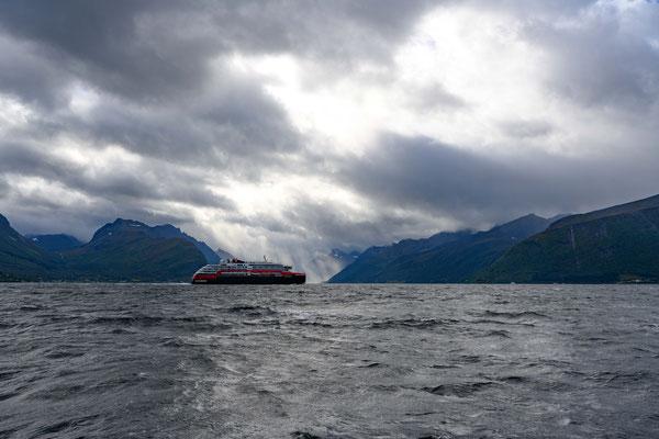 Ein Schiff der Hurtigruten auf dem Weg Richtung Norden