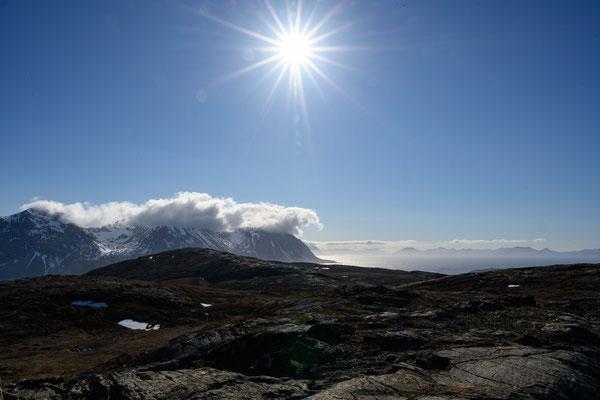Blickvon Bjarkøya auf die umliegende Bergen