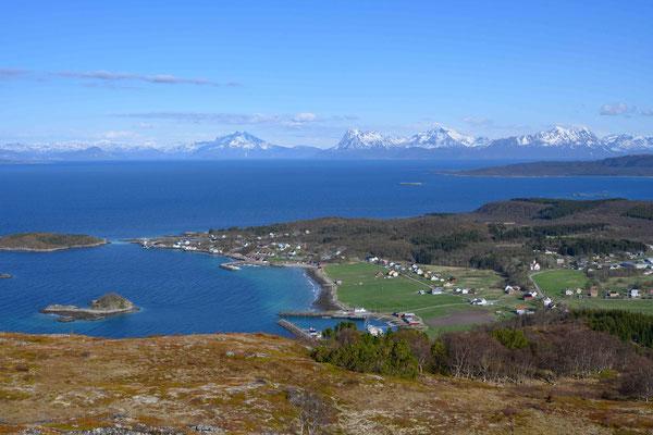 Der Hafen von Bjarkøya vom höchsten Berg der Insel