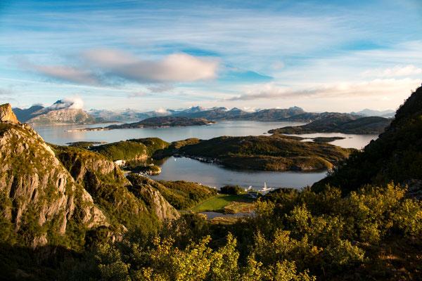 Blick auf Klokkergården auf Rødøya
