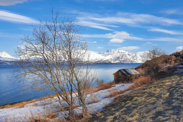Der Schnee im Tal wird weniger am Lyngenfjord