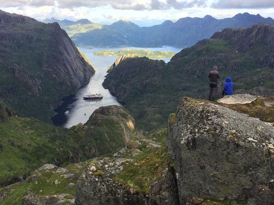 Blick oberhalb der Trollfjordhütte auf das einfahrende Hurtigboot / view above the trollfjordhut to the hurtigboat