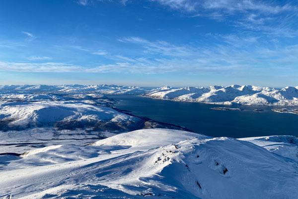 Blick vom Gipfel des Ullstinden Richtung der Inseln Kvaløya und Ringvassøya