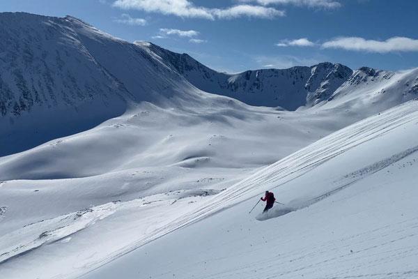 Powpow in der Abfahrt vom Rørnestinden in den Lyngen Alps