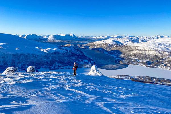 im Aufstieg zum Fagerfjellet, unten das teilweise zugefrorene Ramfjord