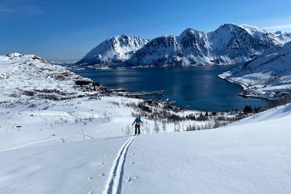 Aufstieg mit dem Hafen von Sor Tverrfjord im Hintergrund