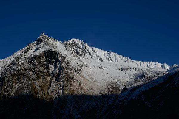 Die Gipfel sind winterlich eingepackt