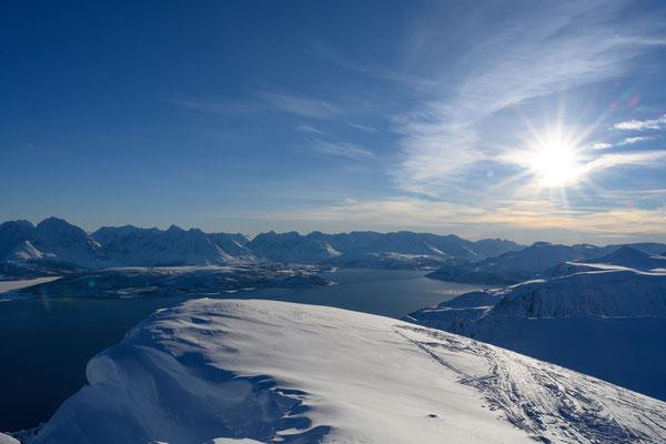 Am Gipfel des Ullstinden, unten das Ullsfjord und dahinter die Lyngen Alps