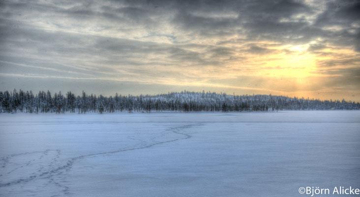 Sonnenuntergang bei Schneefall, Finnland