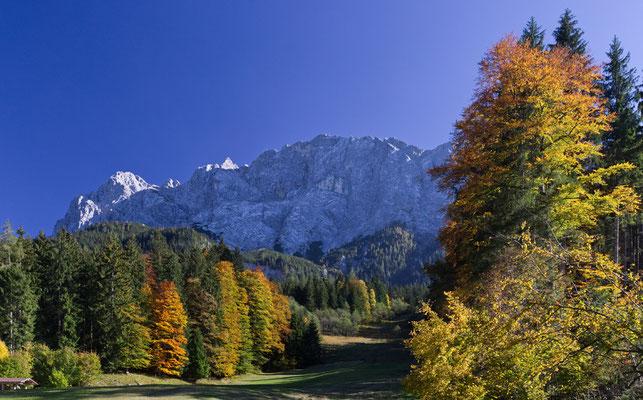 Von der Sonne beschienen: Großer Waxenstein (links) und Alpspitze