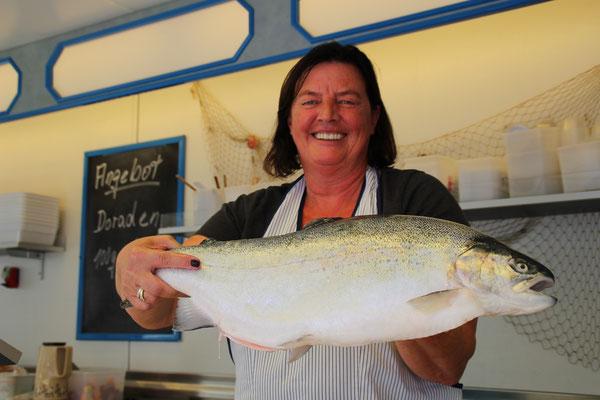 Fischfeinkost gibt es zwei Mal die Woche bei Lütjen.
