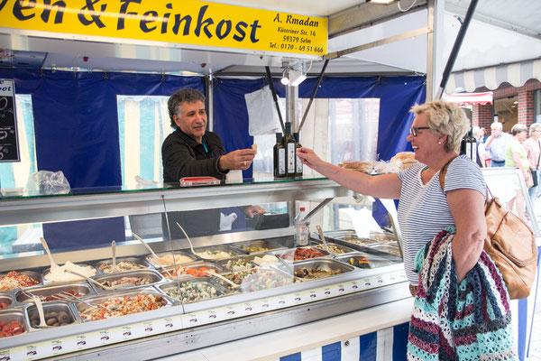A. Rmadan bringt Oliven und Feinkost mit nach Lüdinghausen. Und immer kann man allerlei probieren.