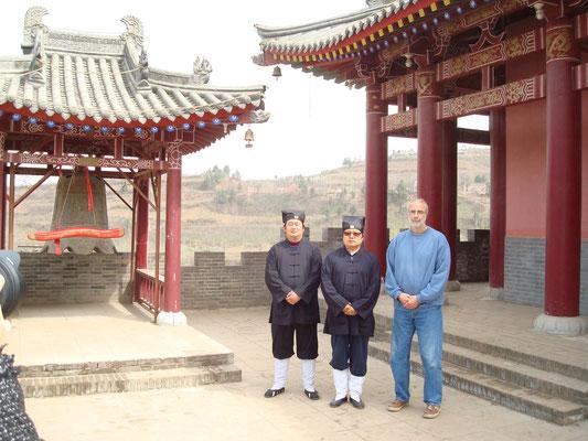 Mit seinem Lehrer Li,Jiacheng im Dan Yang Guan, wo der Akupunktur Pionier Ma,Danyang forschte und arbeitete
