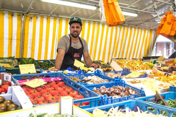 Felit Akgül erfreut seine Gäste mit frischem Obst und Gemüse.