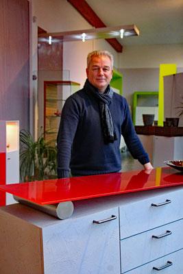 Karsten Jödicke ist ein kreativer Kopf. Der schiefe Schrank ist nur eine von vielen ausgefallenen Ideen. Mittlerweile hat er ihn über 30 Mal verkauft. Foto. Wenge