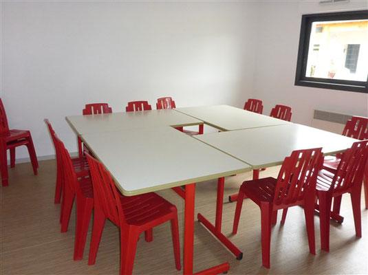 La Salle de réunion des enseignants et parents attenante à la kitchenette mise à disposition des enseignants pour leur repas